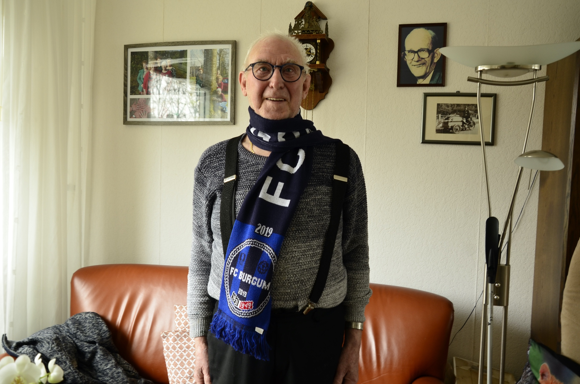 Eerste FC Burgum-sjaal voor oud-vrijwilliger Cees Luigjes