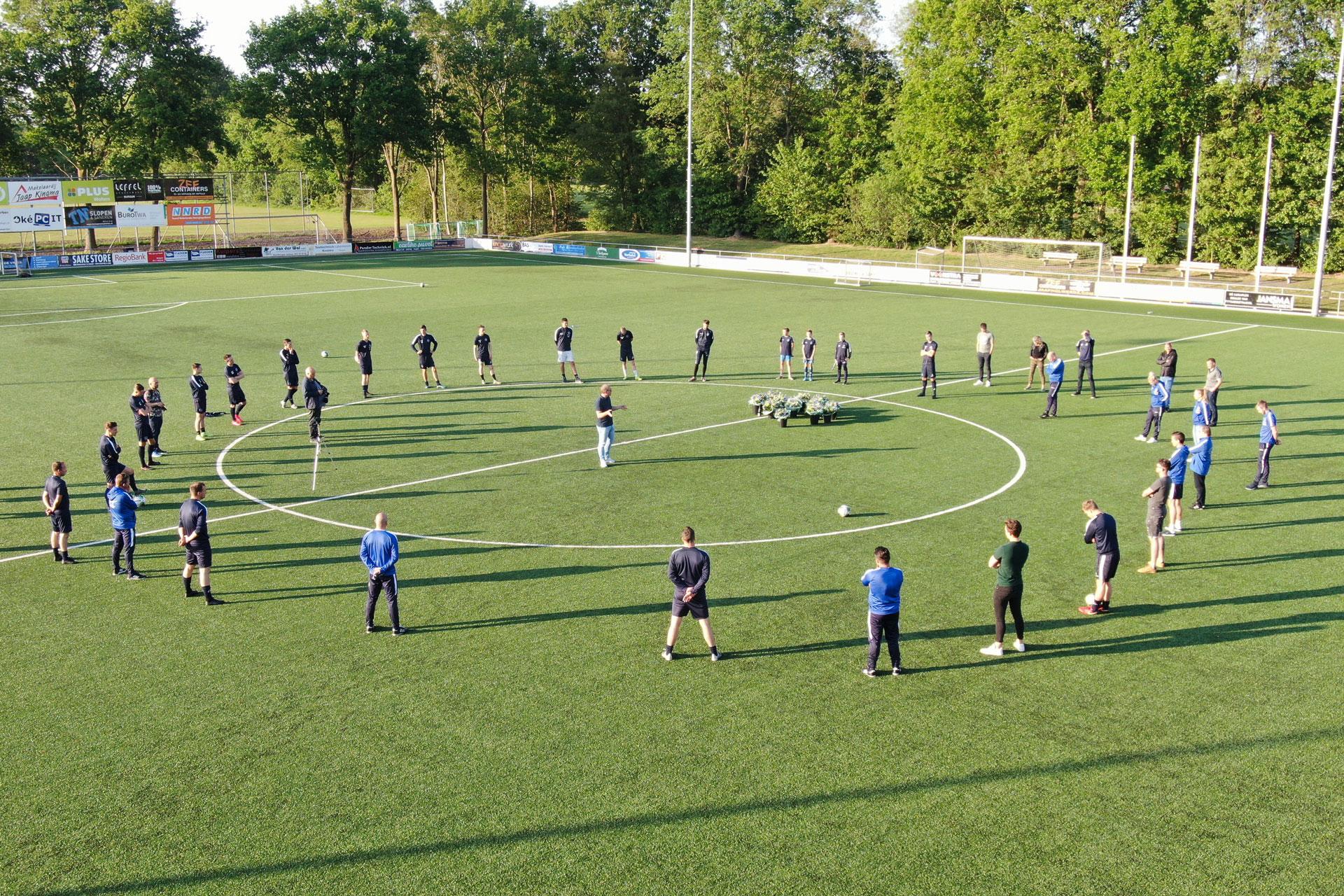 Felicitaties aan spelers en staf na promotiebericht FC Burgum 1
